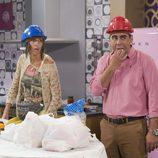 Amador y Chusa se ponen un casco para estar protegidos de las obras en 'La que se avecina'