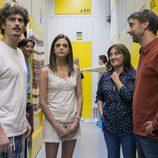 Javi y Lola miran hacia delante en un pasillo en 'La que se avecina'