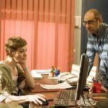 Adolfo (Joaquín Climent) en el despacho de Clara (Nuria González) en 'Física o Química'