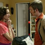 Toni (Pablo Rivero) habla con su mujer en 'Cuéntame'