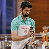 Miguel Ángel Muñoz mostrando sus dotes de cocinero en 'MasterChef Celebrity'