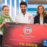 Miguel Ángel Muñoz posa con el cheque a la Fundación Pequeño Deseo