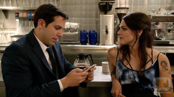 Los actores Skylar Astin y Callie Hernández en Graves
