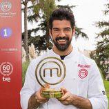 El actor Miguel Ángel Muñoz posa sonriendo con su trofeo en 'Masterchef Celebrity'