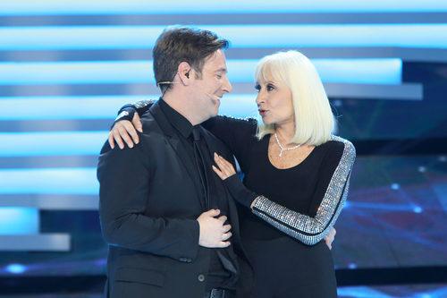Carlos Latre junto a Raffaella Carrà en la Gala de los 60 años de TVE
