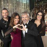 El equipo de 'First dates' posa junto a Lara Álvarez