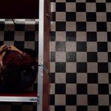 Lito y Hernando, juntos en un baño durante el capítulo de Navidad de 'Sense8' a punto de tener sexo