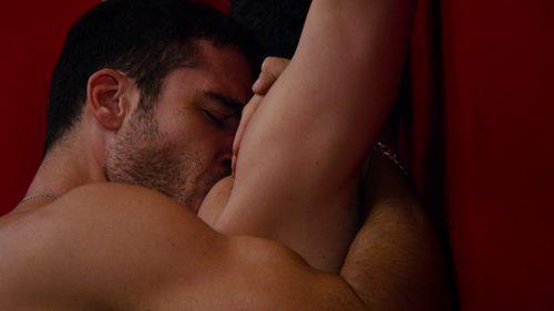 Alfonso Herrera y Miguel Ángel Silvestre, completamente desnudos, tienen una apasionada escena de sexo durante el especial de Navidad de 'Sense8'