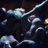 Riley Blue y Wolfgang, desnudos, lideran la orgía entre personajes que hay en el capítulo de Navidad de 'Sense8'