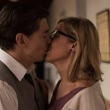 Pedro besando a Rita en el capítulo final de 'Velvet'