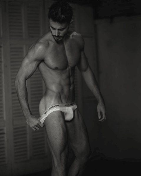El italiano Marco Ferri ('Gran Hermano VIP 5') aparece ligero de ropa en una sesión de fotos