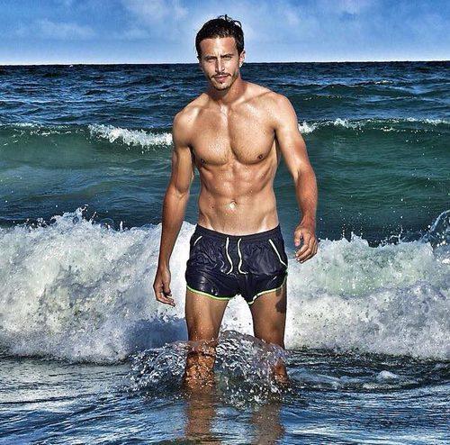 Marco Ferri, el italiano de 'Gran Hermano VIP 5', aparece en bañador en 'Amor a prueba'