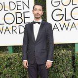 Riz Ahmed, nominado por 'The Night of' posa en la Alfombra Roja de la 74ª edición de los Globos de Oro