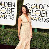 Amy Landecker ('Transparent') posa en la Alfombra Roja de la 74ª edición de los Globos de Oro