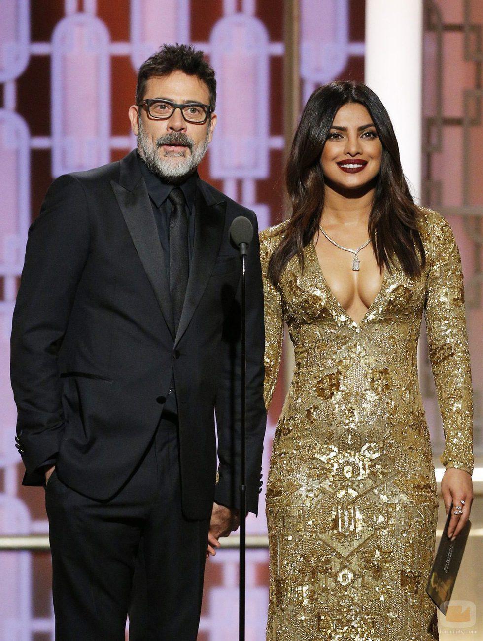 Los actores Jeffrey Dean Morgan y Priyanka Chopra durante la Gala de los Globos de Oro 2017