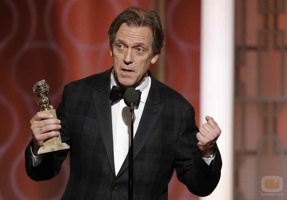 Hugh Laurie recoge su Globo de Oro que le acredita como Mejor actor secundario por 'The Night Manager'