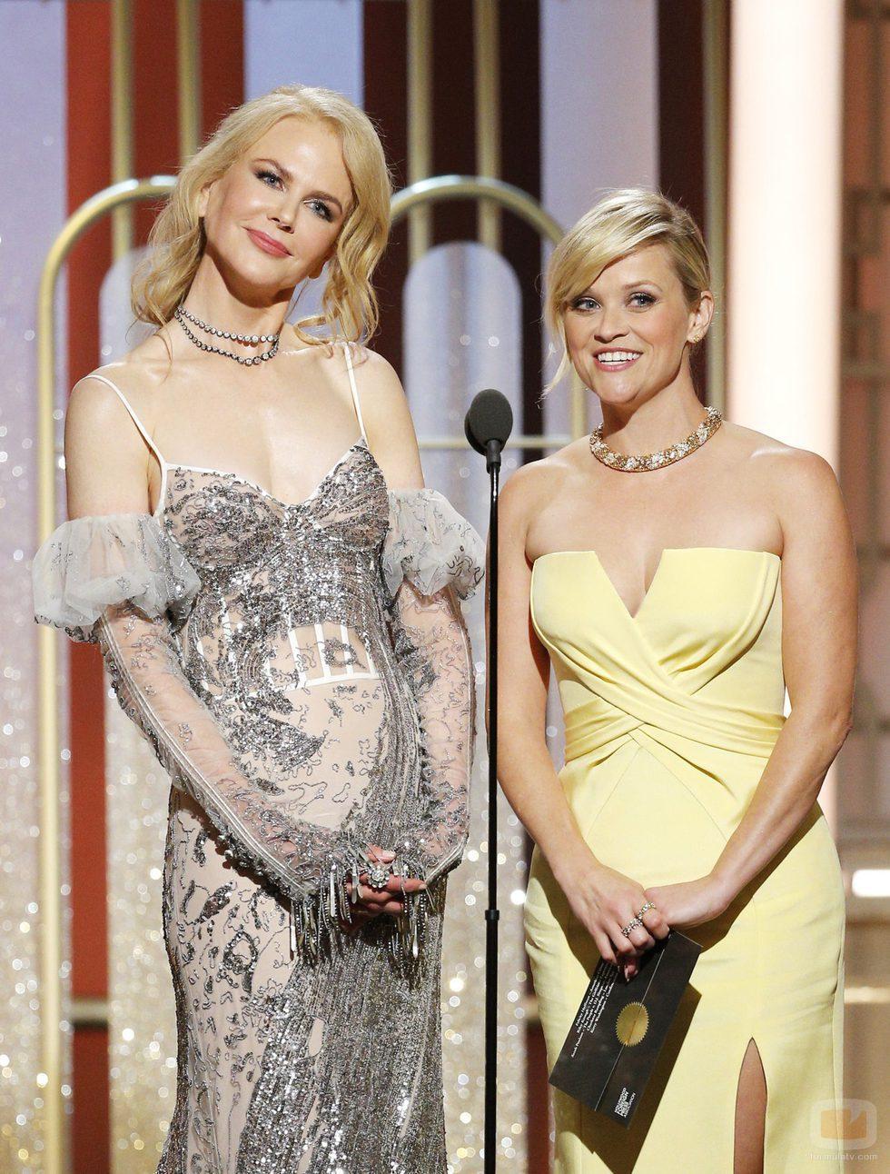 Las actrices Nicole Kidman y Reese Witherspoon de 'Big Little Lies' en la gala de los Globos de Oro 2017
