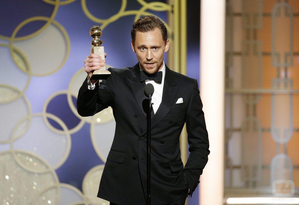 Tom Hiddleston con el Globo de Oro 2017 a Mejor actor de miniserie por su papel en 'El infilitrado'
