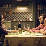 Ricardo Gómez y Elena Rivera durante una comida en el primer episodio de la 18º temporada de 'Cuéntame cómo pasó'