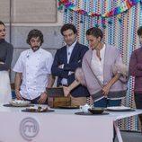El chef Diego Guerrero junto con el jurado y la presentadora en la final de 'MasterChef Junior'
