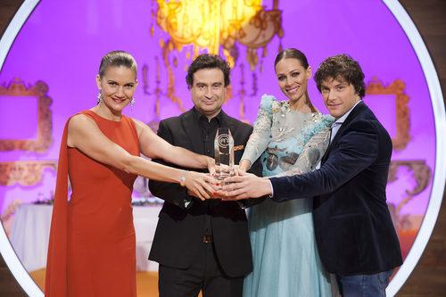 El jurado y la presentadora de 'MasterChef Junior' sujetando el premio