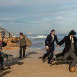 Hugo Silva jugando con un balón en el rodaje de 'El Ministerio del Tiempo' en Peñíscola