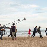Los actores de 'El Ministerio del Tiempo' en el rodaje de una escena en las playas de Peñíscola