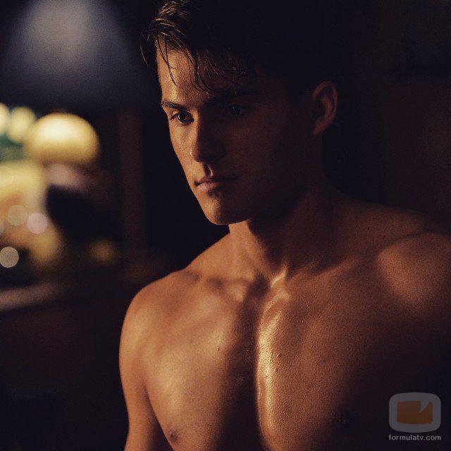 Cody Christian con el torso desnudo en 'Pequeñas mentirosas'