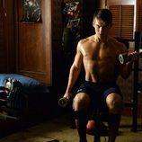 Cody Christian, con el torso desnudo, trabaja su musculatura