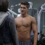Cody Christian, con el torso desnudo, en la serie 'Teen Wolf'
