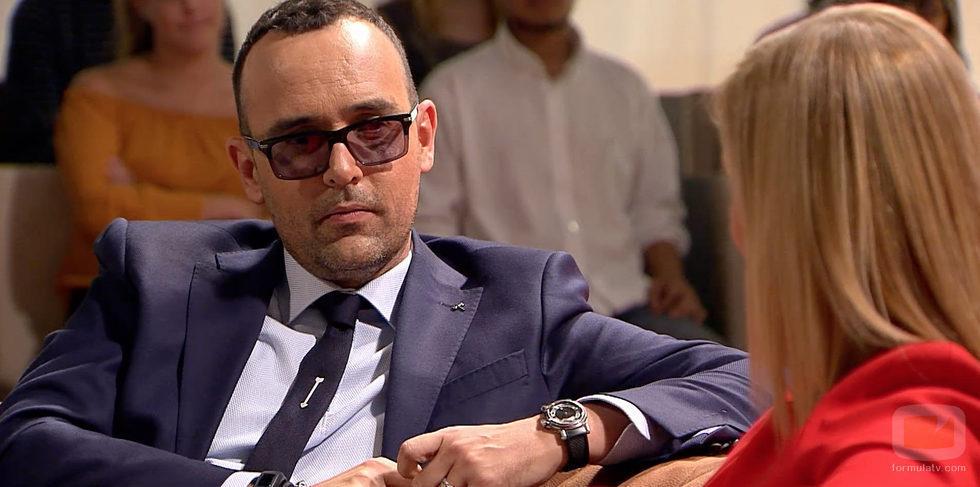 Risto escucha atentamente a Cristina Cifuentes en 'Chester in Love'