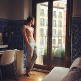 César Toral (Escaleto en 'Sálvame'), desnudo mientras mira por la ventana