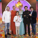 Paula posa como ganadora de 'MasterChef Junior 4' junto con la presentadora y el jurado de programa