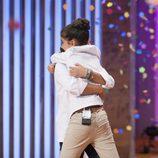 Paula emocionada abrazando a Paloma tras proclamarse ganadora de 'MasterChef Junior 4'