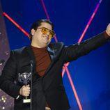 Brays Efe con el galardón de Mejor Actor Protagonista de serie de los Premios Feroz 2017