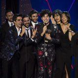 Javier Calvo y Javier Ambrossi recogiendo el premio de Mejor Serie de Comedia en los Premios Feroz 2017