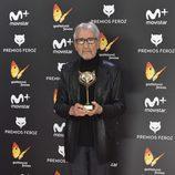 José Sacristán con su galardón en la alfombra roja de los Premios Feroz 2017