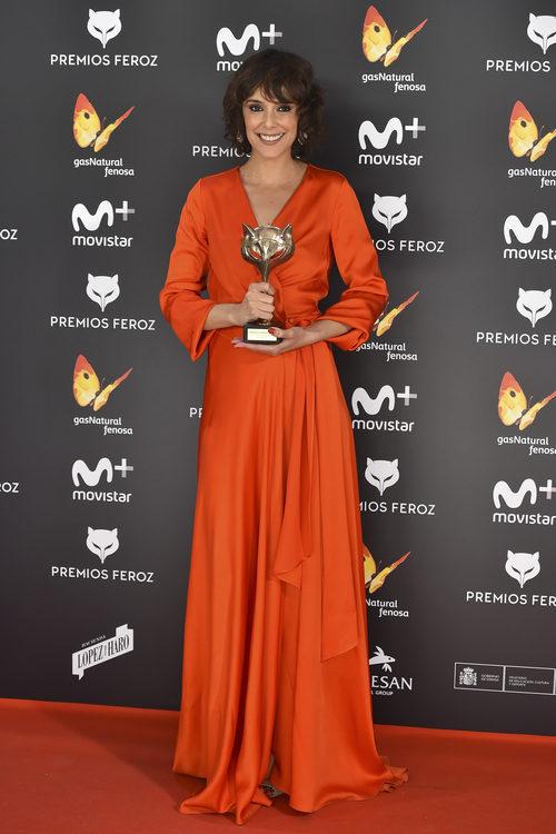 Belén Cuesta sostiene su galardón en la alfombra roja de los Premios Feroz 2017