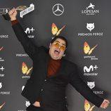 Brays Efe posa feliz con su galardón en la alfombra roja de los Premios Feroz 2017
