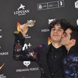 Javier Ambrossi besa a Javier Calvo en la alfombra roja de los Premios Feroz 2017