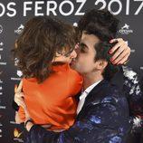 Javier Ambrossi  eufórico besando a Belén Cuesta en la alfombra roja de los Premios Feroz 2017