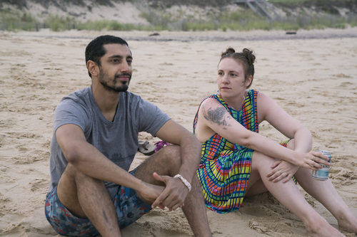 Hannah (Lena Dunham) sentada en la playa en la sexta temporada de 'Girls'
