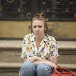 Hannah (Lena Duhnam), sentada en la calle en la sexta temporada de 'Girls'