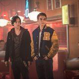 Cole Sprouse junto a un amoratado K.J. Apa en 'Riverdale'
