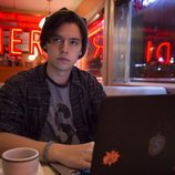 Cole Sprouse es Jughead Jones en 'Riverdale'