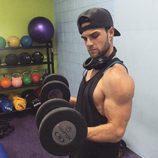 El actor de 'Crónicas Vampíricas' Nathaniel Buzolic saca músculo en el gimnasio