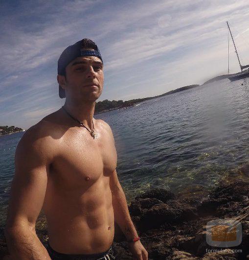 El actor Nathaniel Buzolic ('Crónicas Vampíricas') sin camiseta dándose un chapuzón en el mar