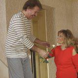María Teresa recibe una flor de su pareja, Edmundo, en el quinto programa de 'Las Campos'