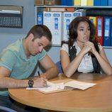 Lucas Aguilar y Eva Ríos en el despacho de Gerardo Castilla en 'El Comisario'