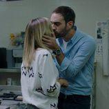 Jon Plazaola y María León se besan en la tercera temporada de 'Allí abajo'